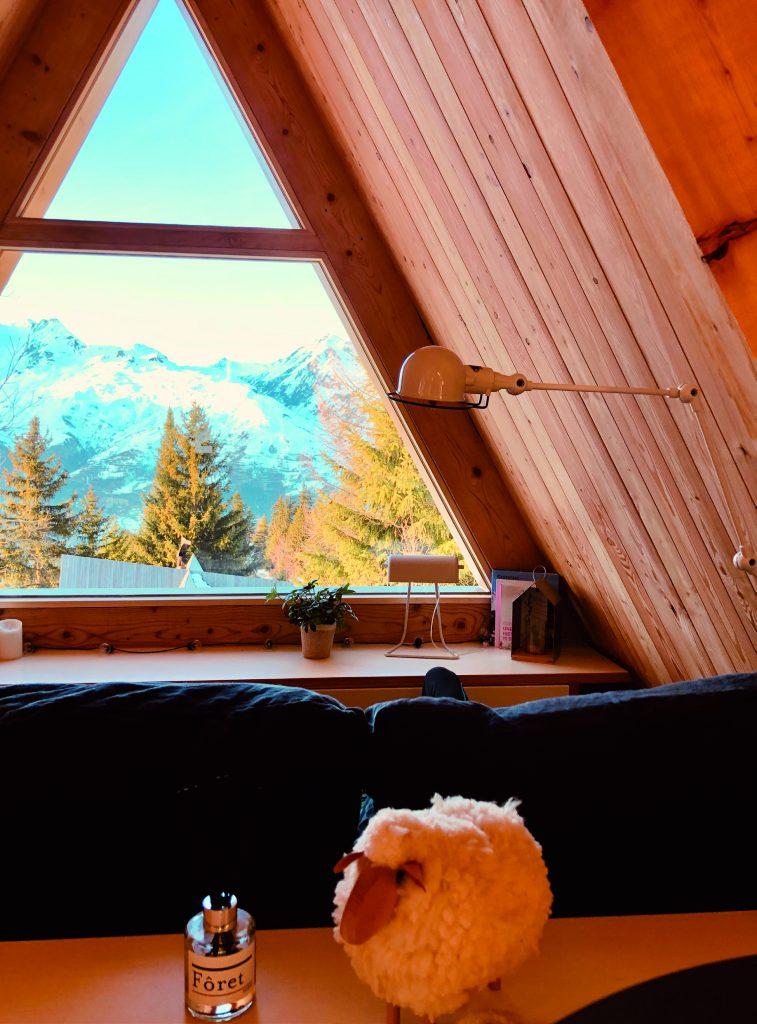 Fenêtre triangulaire chalet avec vue sur les montagnes