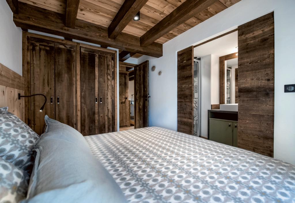chambre-charpente-apparente-et-mobilier-en-bois