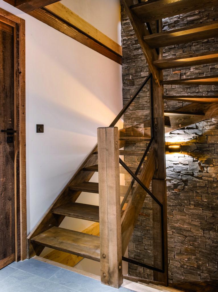 escalier-en-bois-et-mur-de-pierre