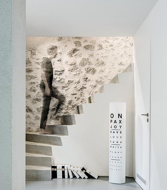homme montant les escaliers