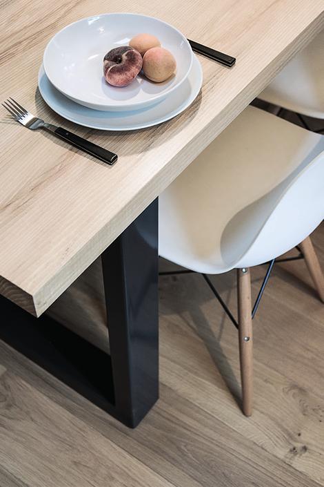 parquet bois table en bois chaise assiette