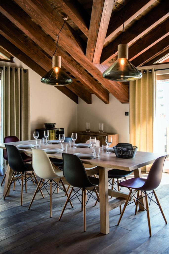 salle-à-manger-avec-table-en-bois-et-charpente-apparente