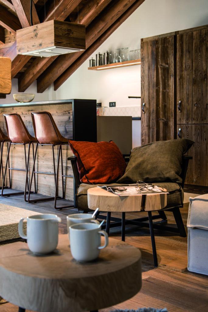 salon-avec-table-en-bois-et-vue-sur-la-cuisine-ouverte