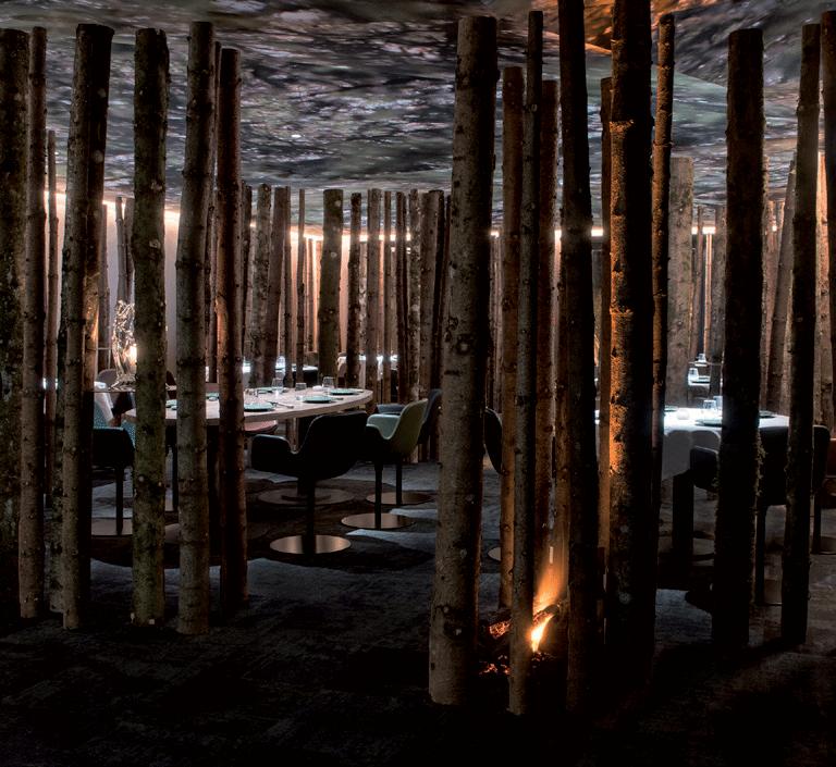 Décoration troncs d'arbre restaurant Ursus