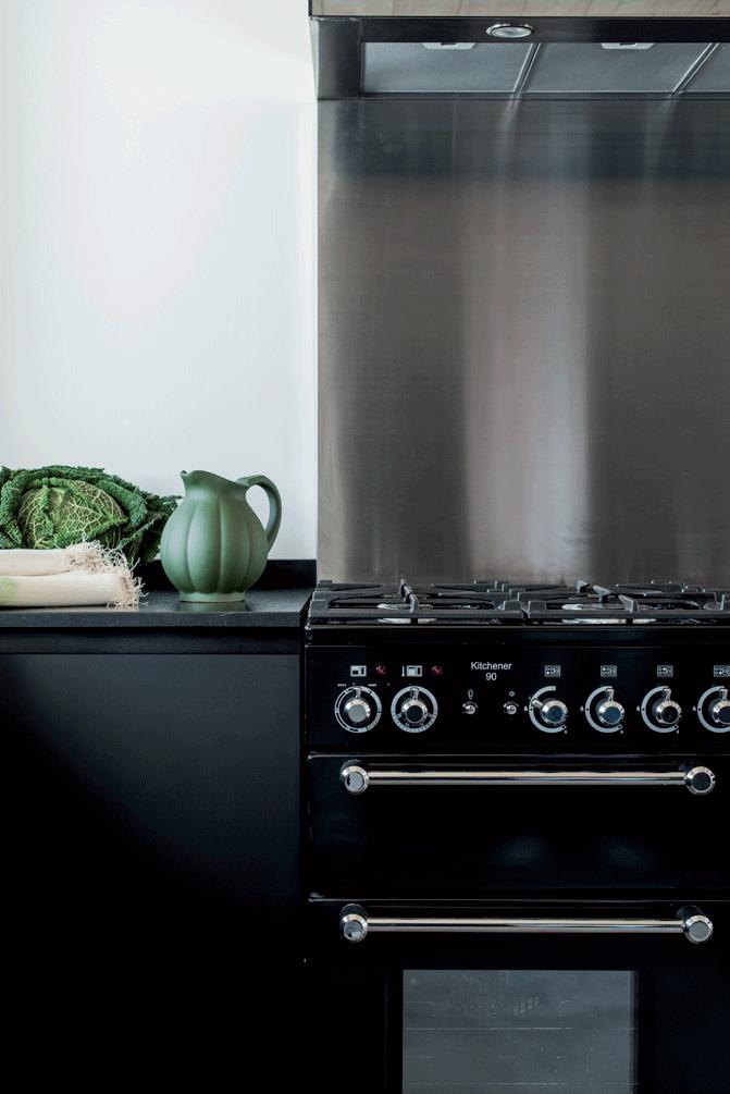 cuisine-épurée-gazinière-noire