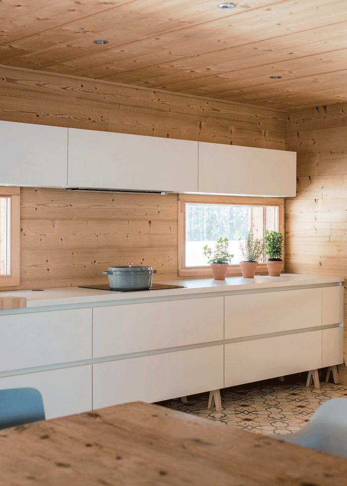 cuisine-en-bois-et-plan-de-travail-stratifié-blanc