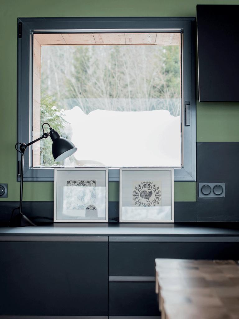 cuisine-noir-et-verte-tableau-et-lampe