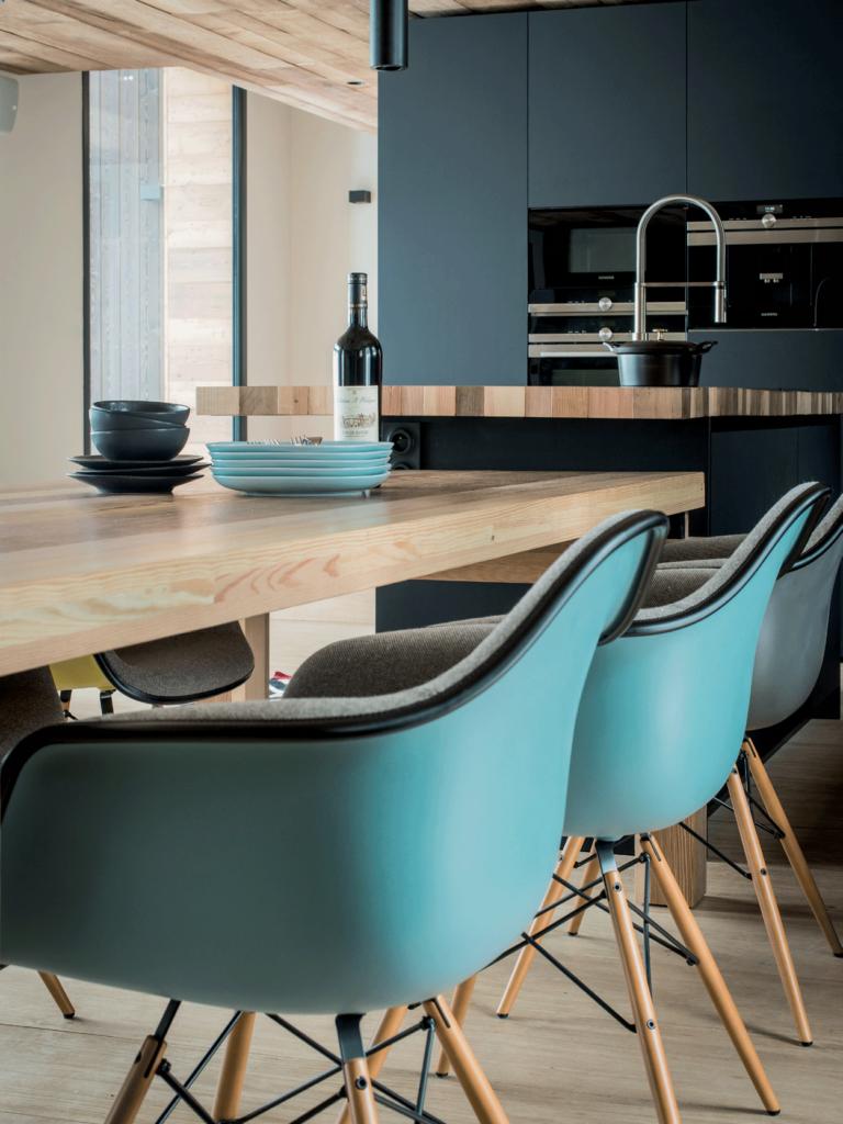 cuisine-noire-et-plan-de-travail-en-bois-clair-fauteuils-bleus