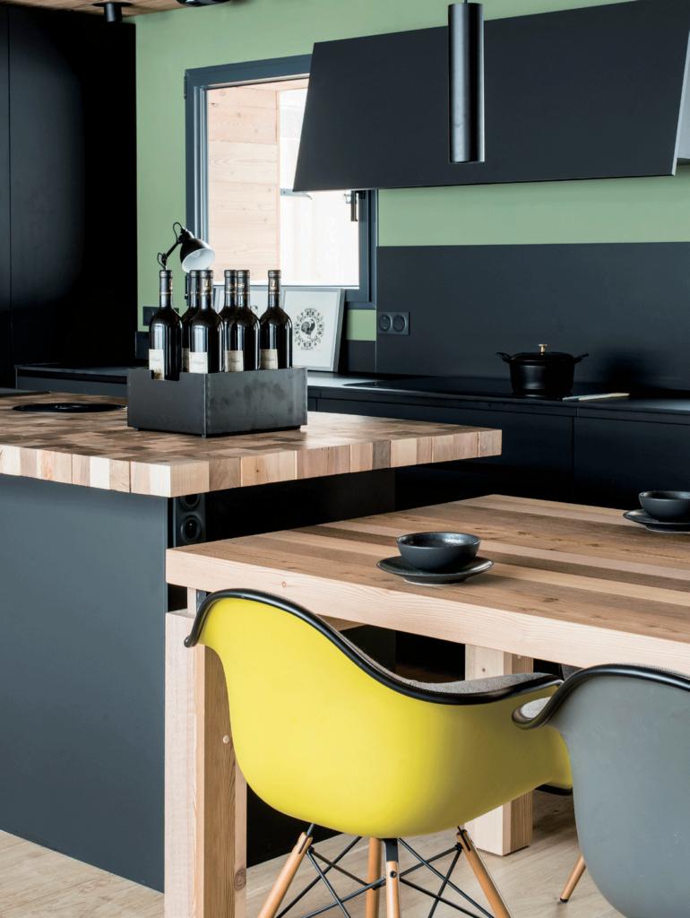 cuisine-noire-et-verte-avec-plan-de-travail-en-bois-clair