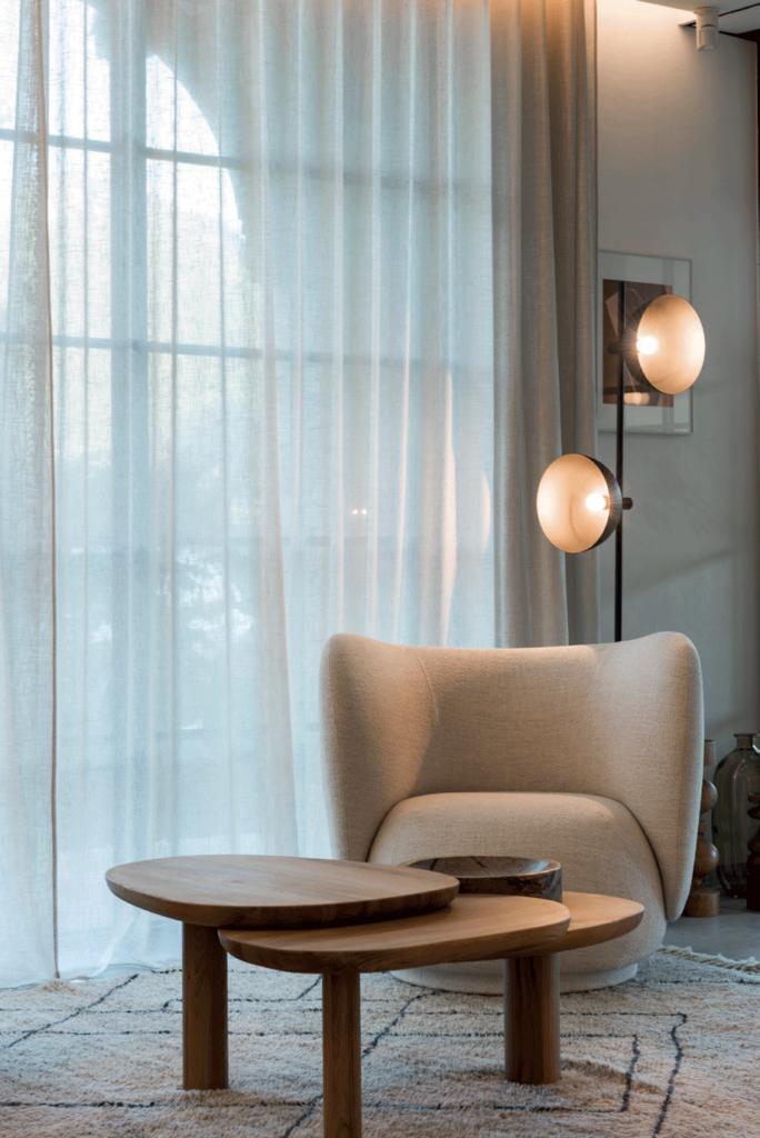 decoration-fauteuil-table-bois-luminaire