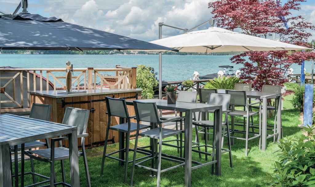 Terrasse-du-restaurant-Le-Roc-au-Veyrier-du-lac-FOUDIMAGES