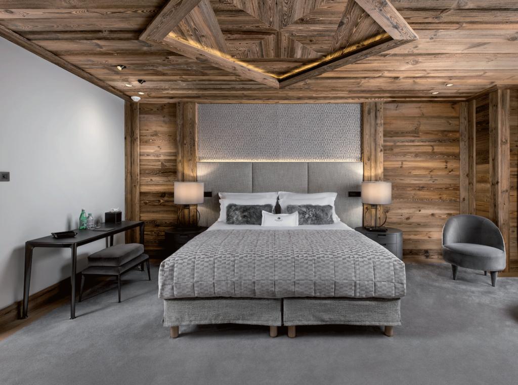 Chambre-chalet-plafond-bois