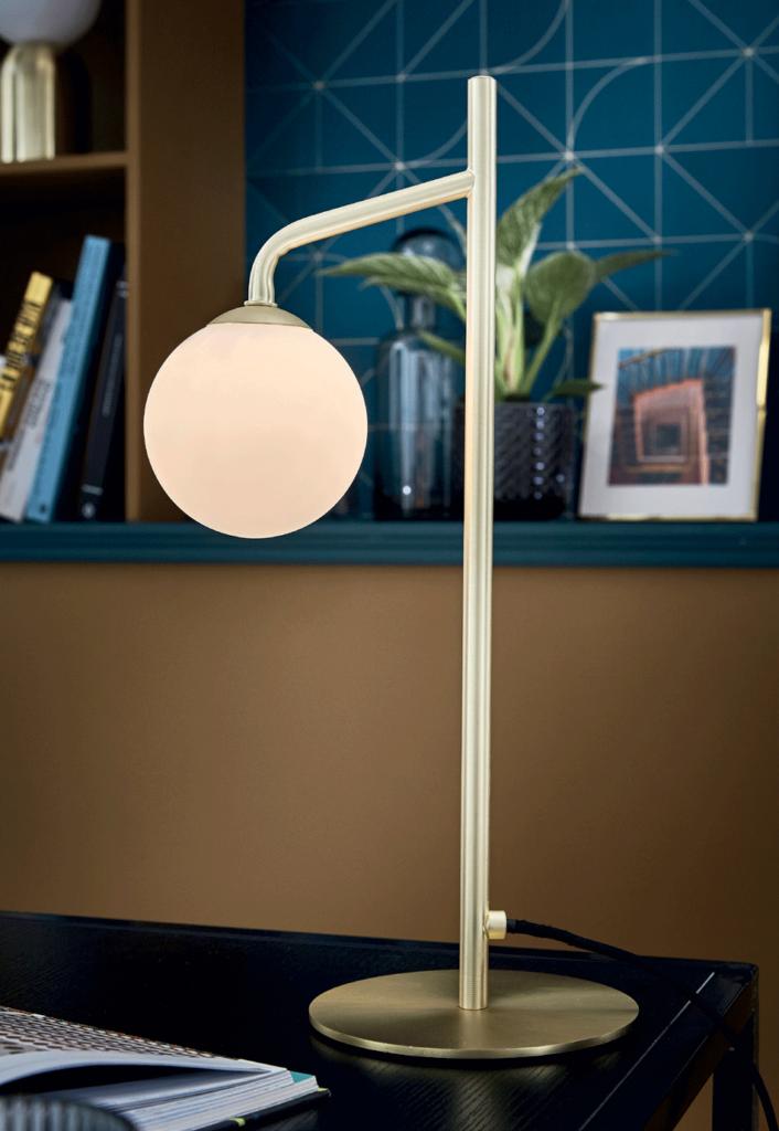Lampe design dans un bureau décoré à la Milanaise, motifs bleus.