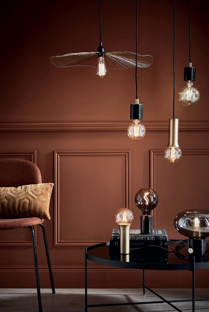 Salon dans les tons rose orangé, avec des luminaires design