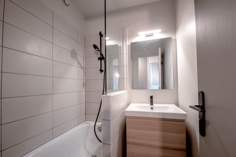 salle-de-bains-avec-baignoire-et-évier